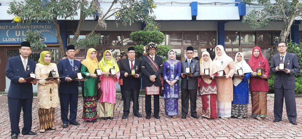 Drs.H. Kaharuddin, SE. MA. MM Menerima Tanda Kehormatan Satyalenca Karya Satya X Tahun dilingkungan Lembaga Layanan Pendidikan Tinggi Wilayah I